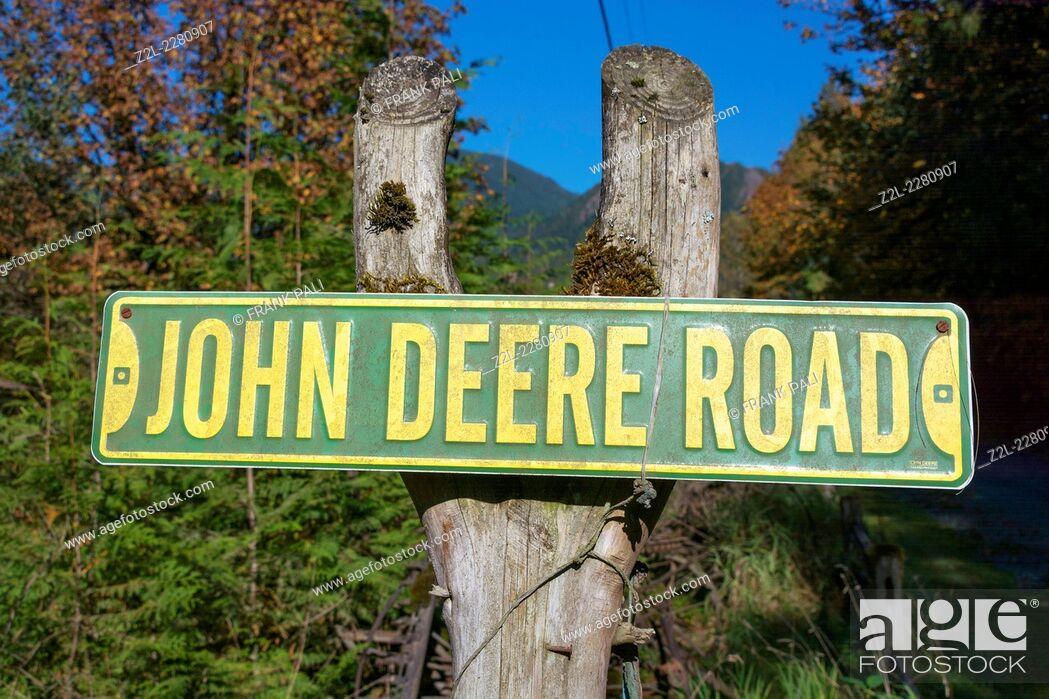 Imagen: John Deere Road sign on a post.