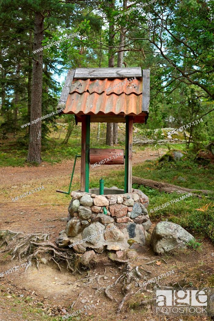 Stock Photo: Schweden, Insel Grinda, historischer Brunnen.