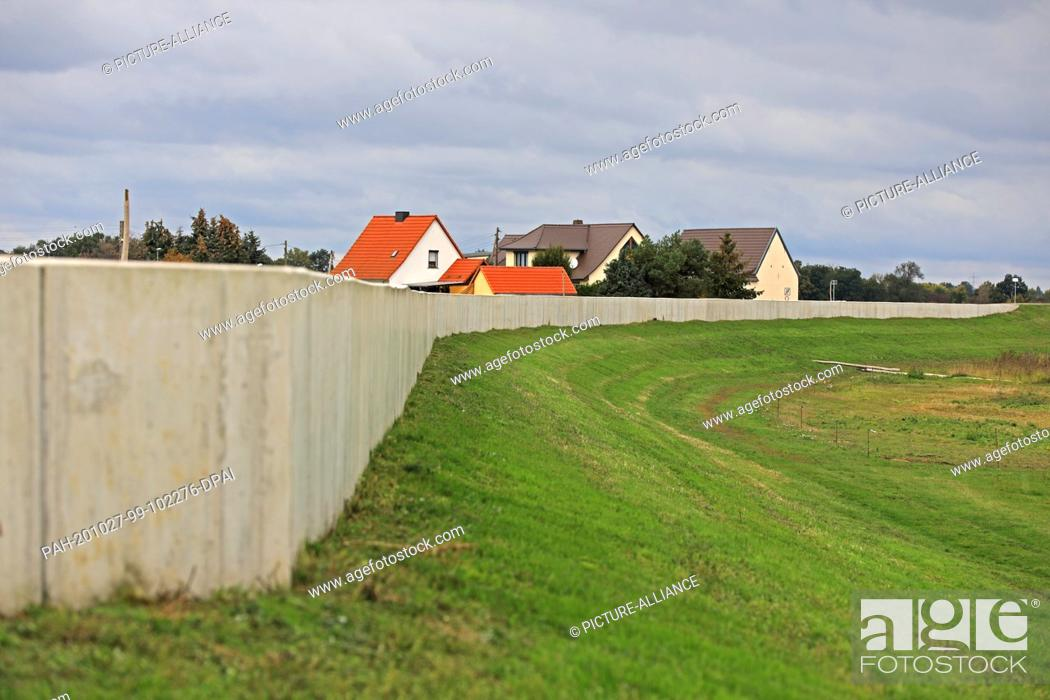 Stock Photo: 26 October 2020, Saxony-Anhalt, Pechau: The flood protection wall in Pechau. It is part of a dyke system to protect the cities of Magdeburg and Schönebeck from.