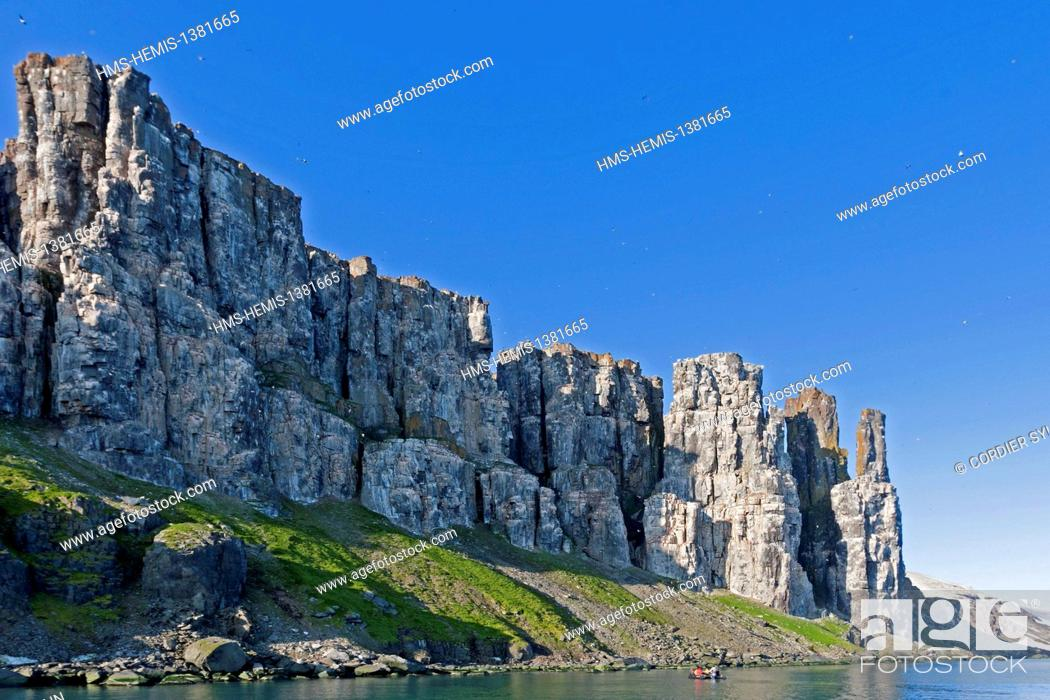 Stock Photo: Norway, Svalbard, Spitsbergen, Hinlopenstretet, colony of Alkefjellet, Rocks, Bird colony, Thick-billed Murre or Brünnich's Guillemot (Uria lomvia) and.