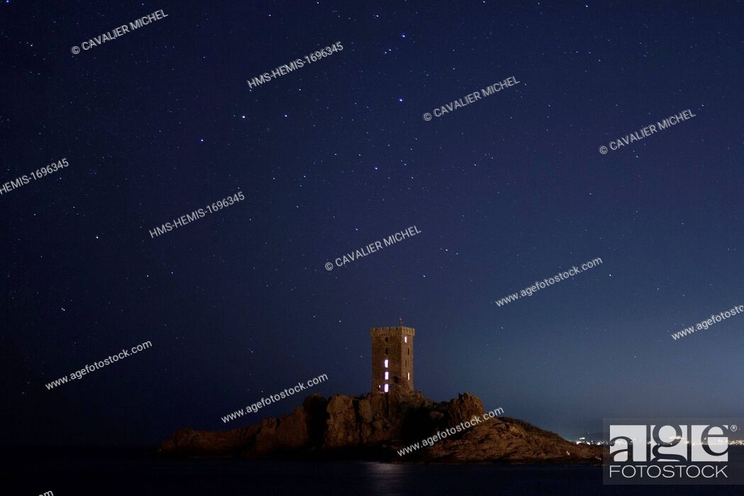 Imagen: France, Var, Saint Raphäel, the ile of Gold tower at night under the celestial vault.