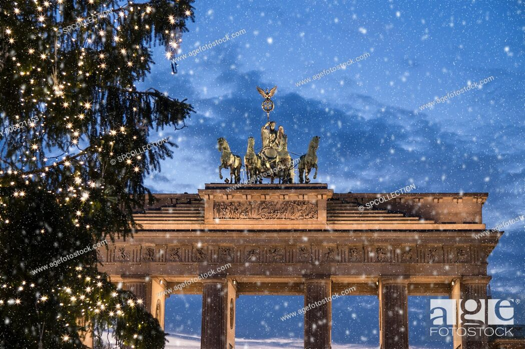 Stock Photo: brandenburger tor and snow at christmas in berlin.