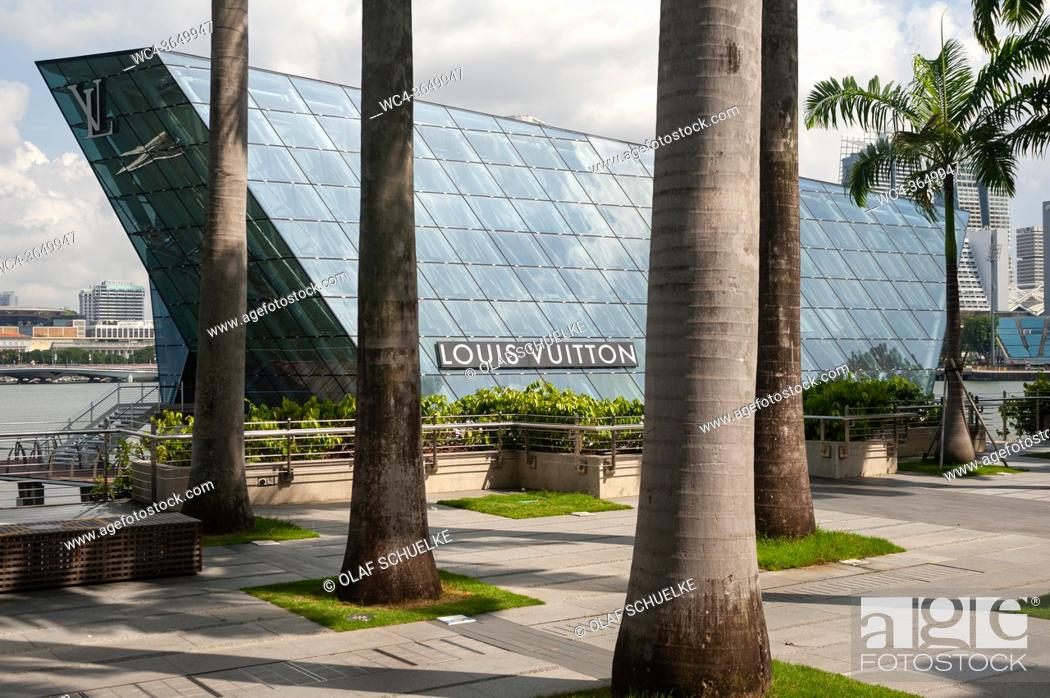 Imagen: Singapore, Republic of Singapore, Asia - Waterfront promenade at the Marina Bay Sands with the modern building of the Louis Vuitton Island Maison Pavillon.