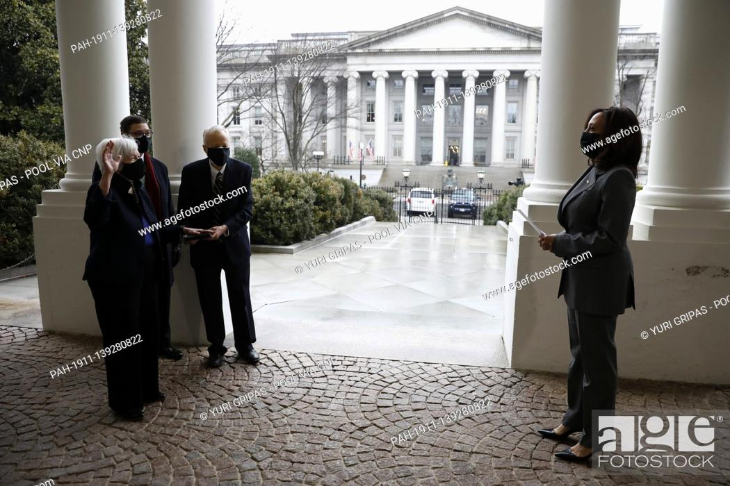 Imagen: United States Secretary of the Treasury Janet Yellen (L) is sworn in next to her husband George Akerlof.and son Robert Akerlof by US Vice President Kamala.