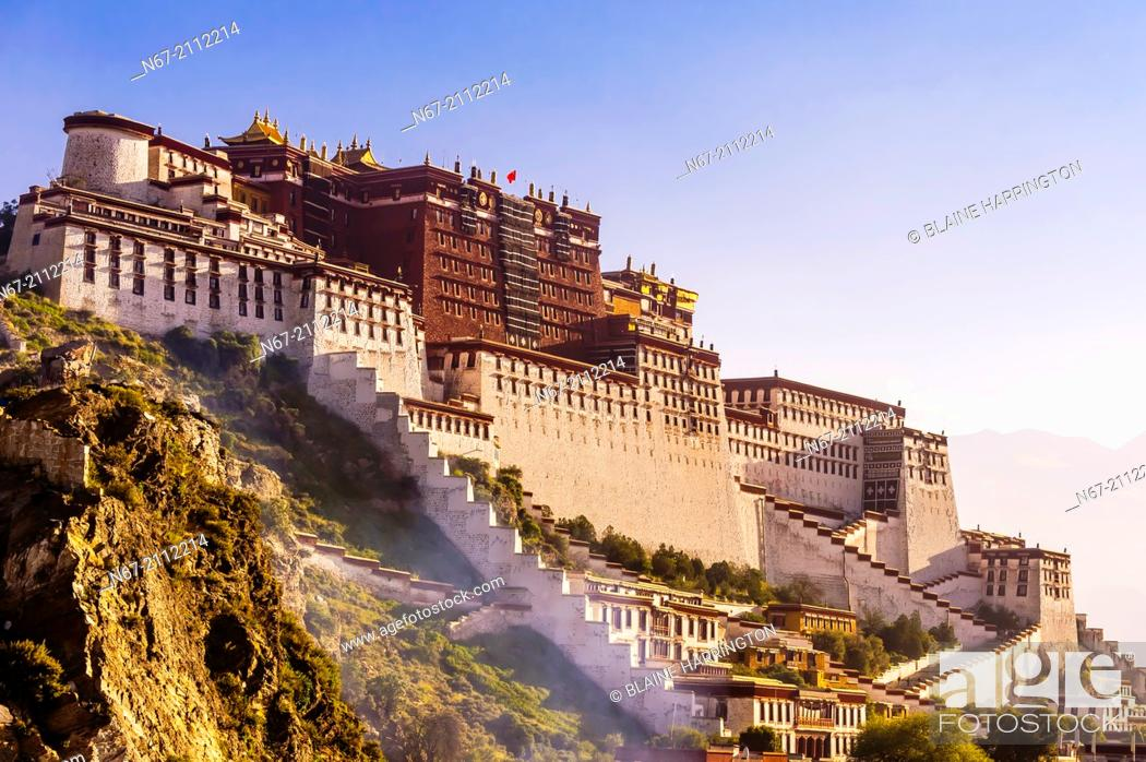 Photo de stock: The Potala Palace (a UNESCO World Heritage Site) was the chief residence of the Dalai Lama until the 14th Dalai Lama fled to Dharamsala, India.