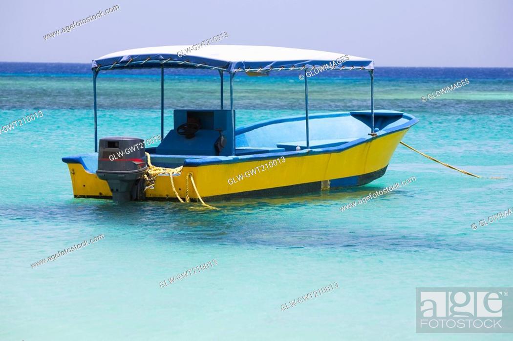 Stock Photo: Tourboat in the sea, West Bay Beach, Roatan, Bay Islands, Honduras.