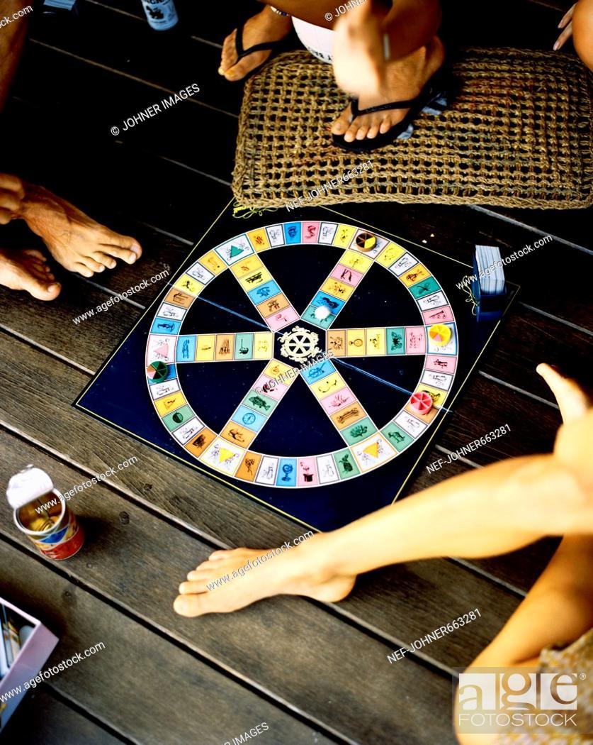 Imagen: Friends playing Trivial Pursuit.