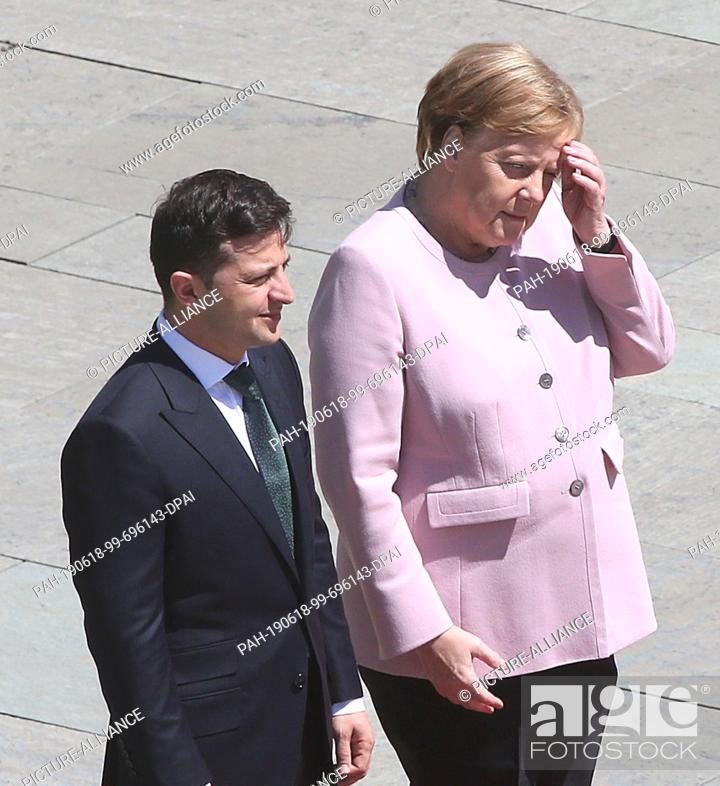 Imagen: 18 June 2019, Berlin: German Chancellor Angela Merkel (CDU), together with Volodymyr Selensky, President of Ukraine, trembles heavily and.