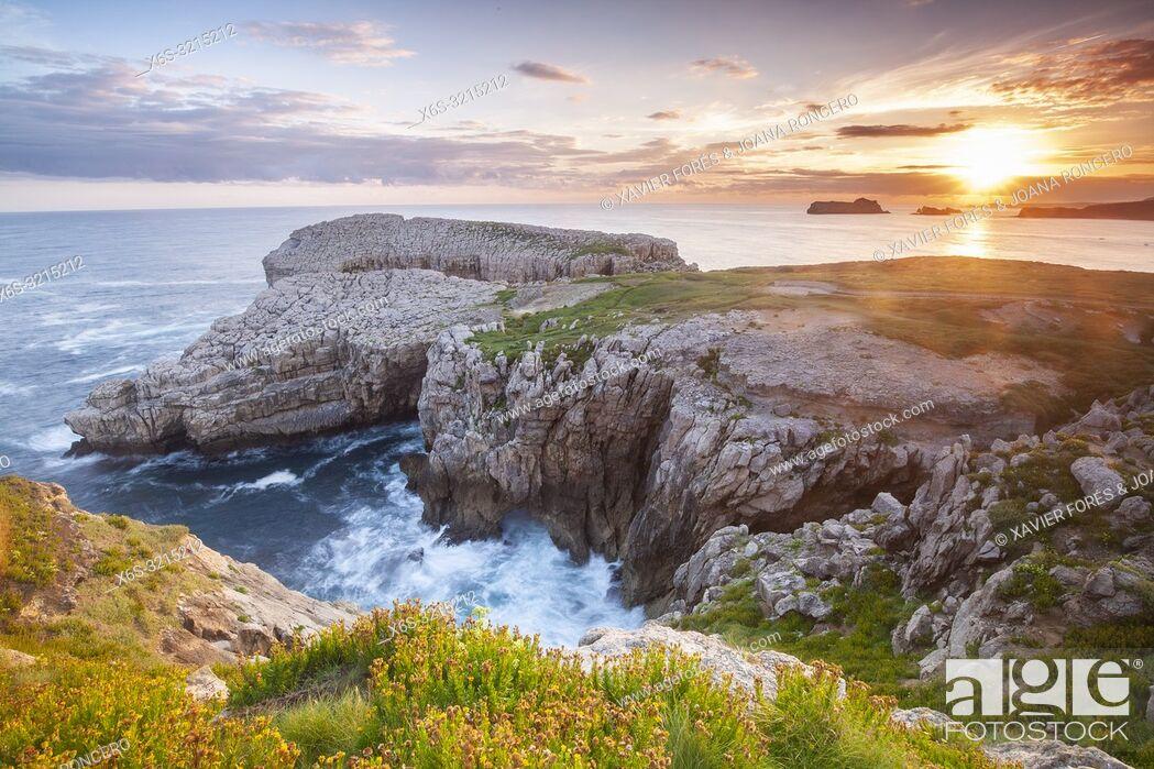 Imagen: Dawn at Roca Blanca - White Rock - in Suances, Cantabria, Spain.