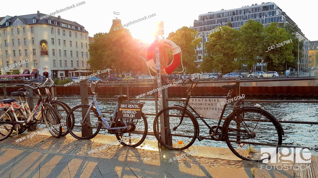 Imagen: Rental bycicles on offer locked at the Spree river margin, near Friedrichstrasse. Berlin. Germany.