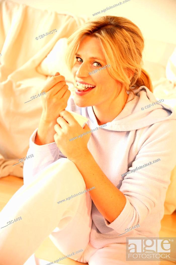 Imagen: Portrait of Young Woman Eating Yoghurt.