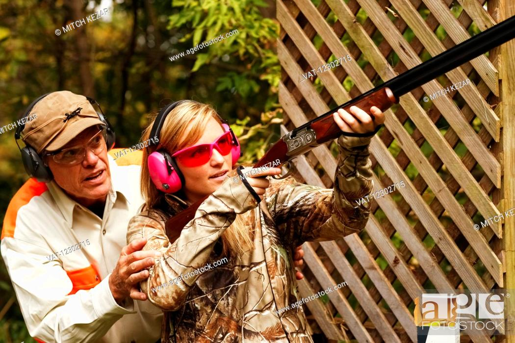 Imagen: Father and Daughter At A Shooting Range.