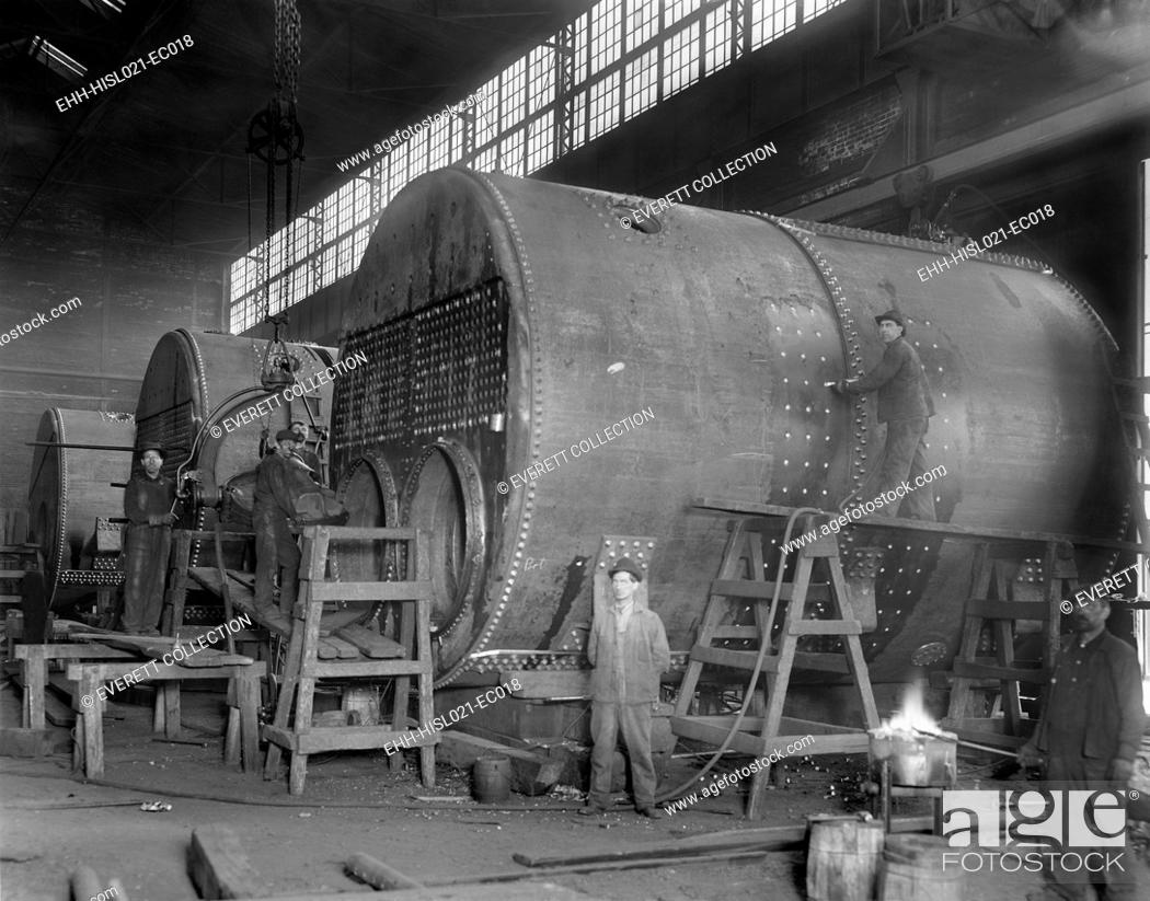 Imagen: Steam ship boilers under construction in Wyandotte, Michigan in 1912. The massive coal fired boilers were 14' in diameter.