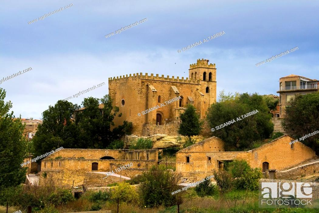 Imagen: Outskirts of Fabara with the Church of San Juan Bautista.The construction starts at the beginning of the XIII century, with a principal door of romanesque.