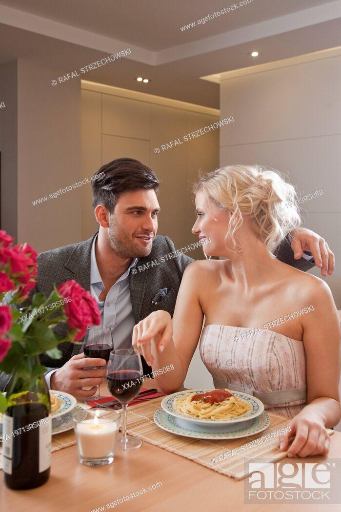 Imagen: Couple having romantic dinner at home.