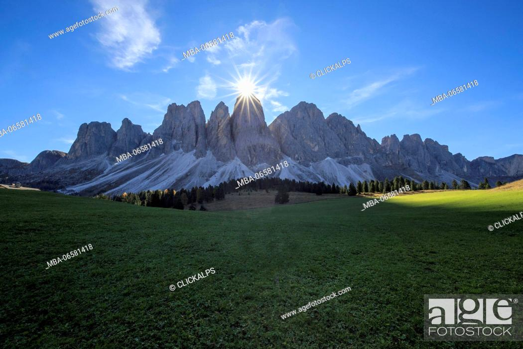 Imagen: The sun on the Odle lights the green Glatsch Alm Funes Valley South Tyrol Dolomites Trentino Alto Adige Italy Europe.