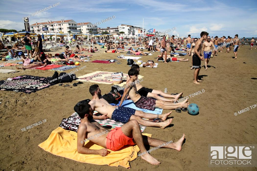 Imagen: People on the Jesolo beach , ITALY-27-06-2020.