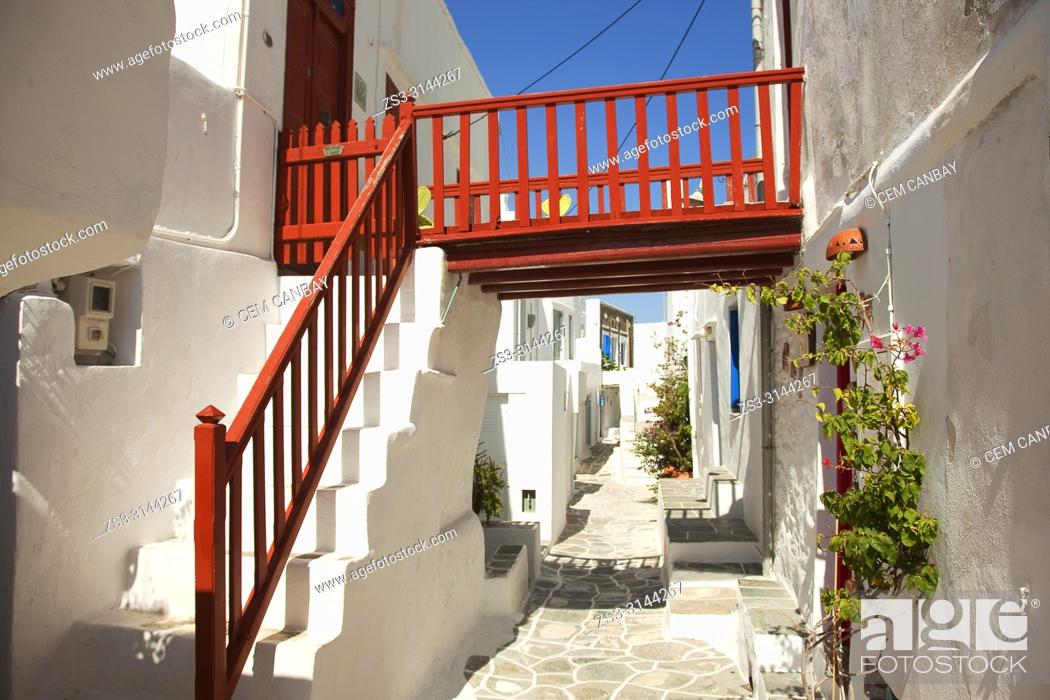 Imagen: Whitewashed traditional Cyclades houses with colorful doors and railings in the most ancient village Kastro in Sifnos Island, Cyclades Islands, Greek Islands.