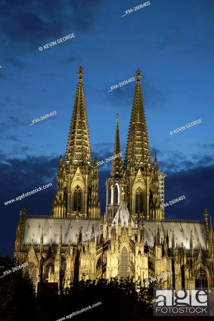 Imagen: Facade of Cologne Cathedral, Germany Illuminated at Night.