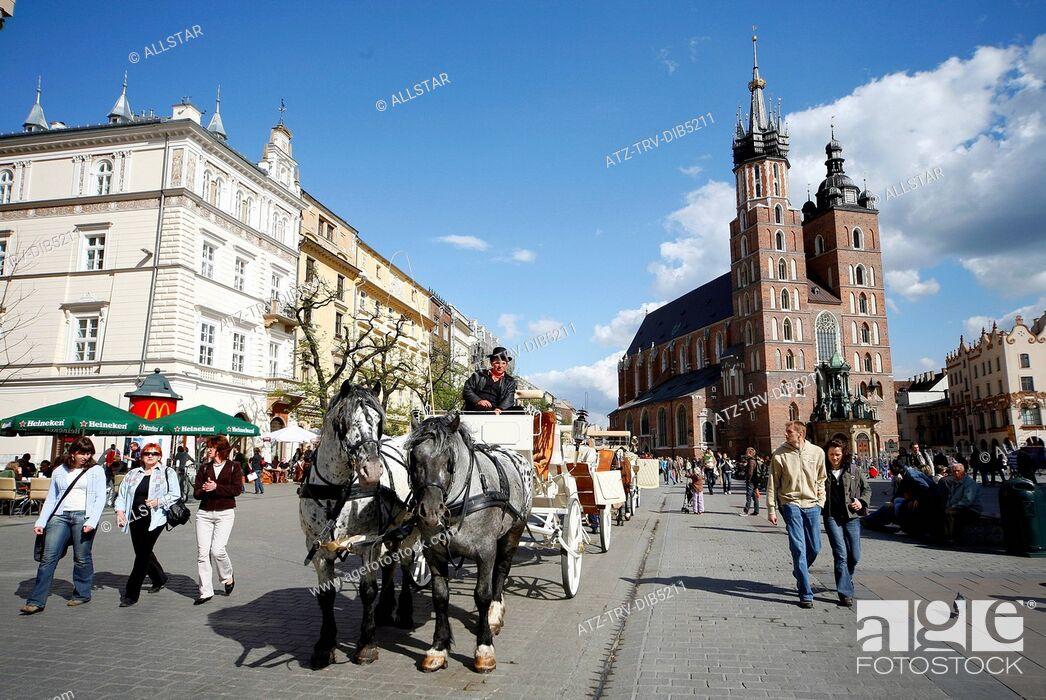 Imagen: HORSE DRAWN CARRIAGE & SAINT MARY'S MARIACKI CHURCH; RYNEK GLOWNY OLD MARKET SQUARE, KRAKOW, POLAND; 29/04/2007.