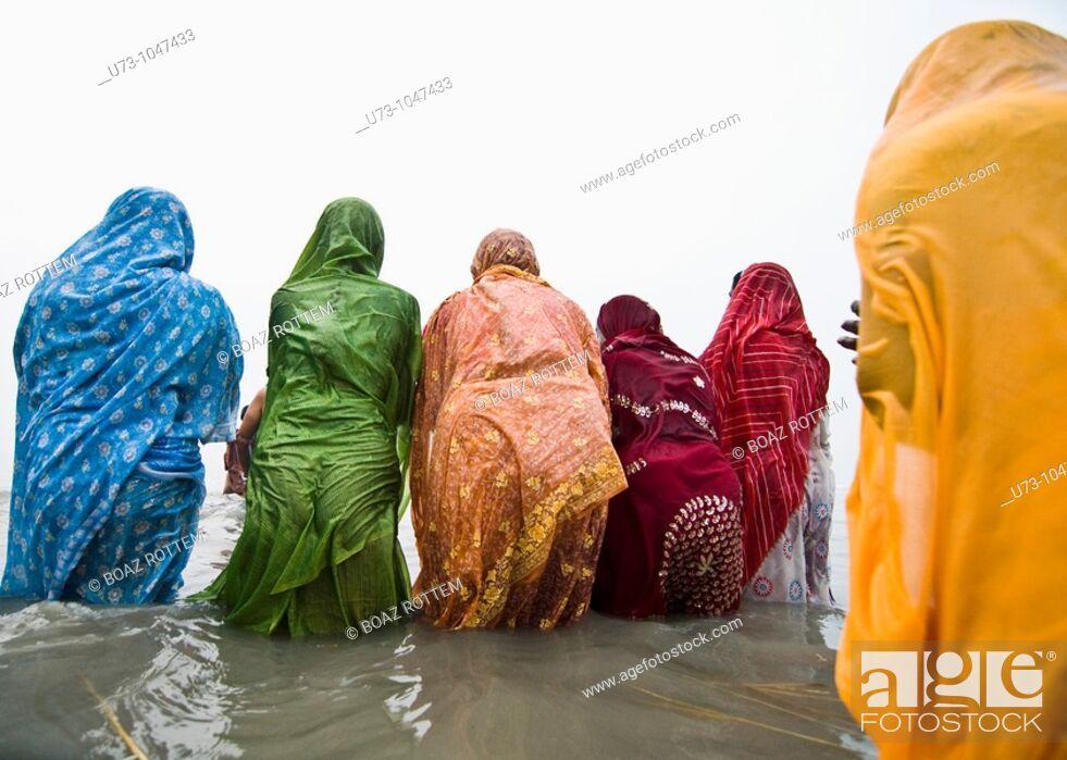 Stock Photo: Hindu pilgrims bathing in the holy water of Gangasagar island during the annual mela.