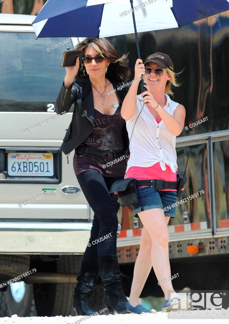 Imagen: Lea Michele is seen wearing a waitress outfit and smoking cigarettes with co-star Katey Sagal outside a diner on the set of 'Sons of Anarchy' Featuring: Katey.