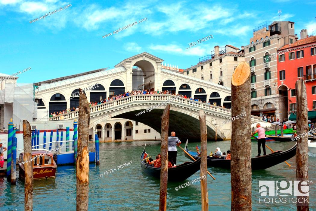 Imagen: Venice, Veneto, Italy - September 5, 2016: Rialto Bridge at the Grand Canal of Venice in Italy - Caution: For the editorial use only.