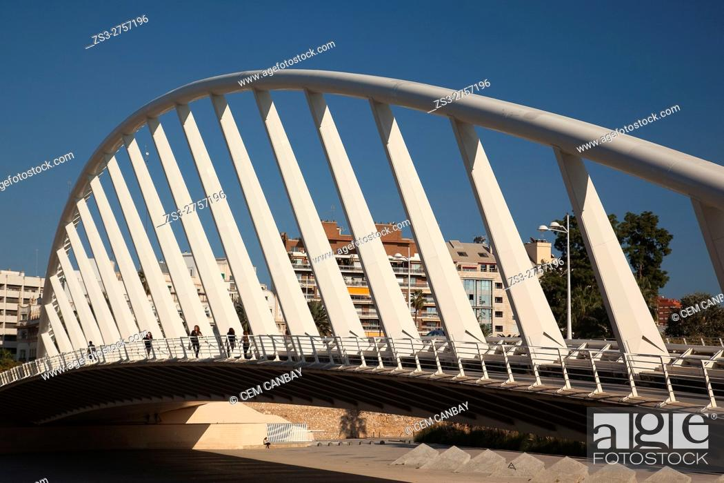 Imagen: People walking on the Pont de l'Exposicion' La Peineta' or 'Alameda Bridge' by Santiago Calatrava, in Jardi del Turia gardens, Valencia, Spain, Europe.