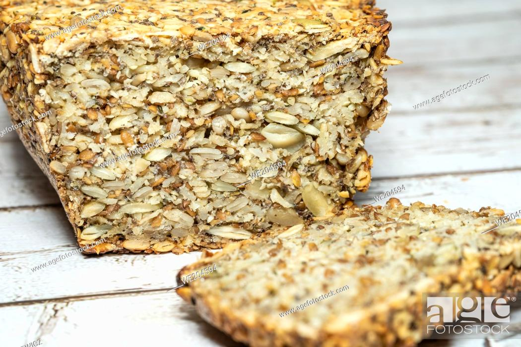 Photo de stock: Making the bread for people who are gluten intolerant, make sure to use oats that are certified gluten-free. The psyllium seed husks provides a binder for the.