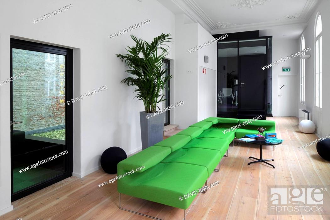 Photo Flanders Business School Antwerp Belgium Architect Buro Ii Archi I 2017 Administrative Floor With Black Gl Office Pod And Green Sofa