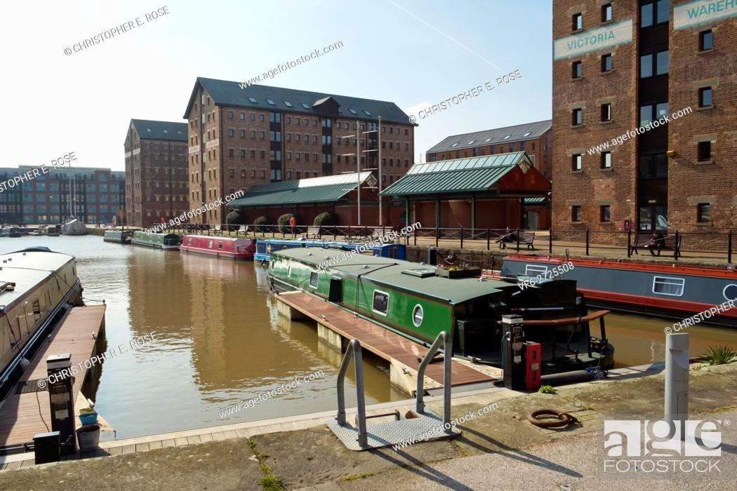 Stock Photo: Spring sunshine brings visitors to Gloucester Docks, Gloucester, UK.