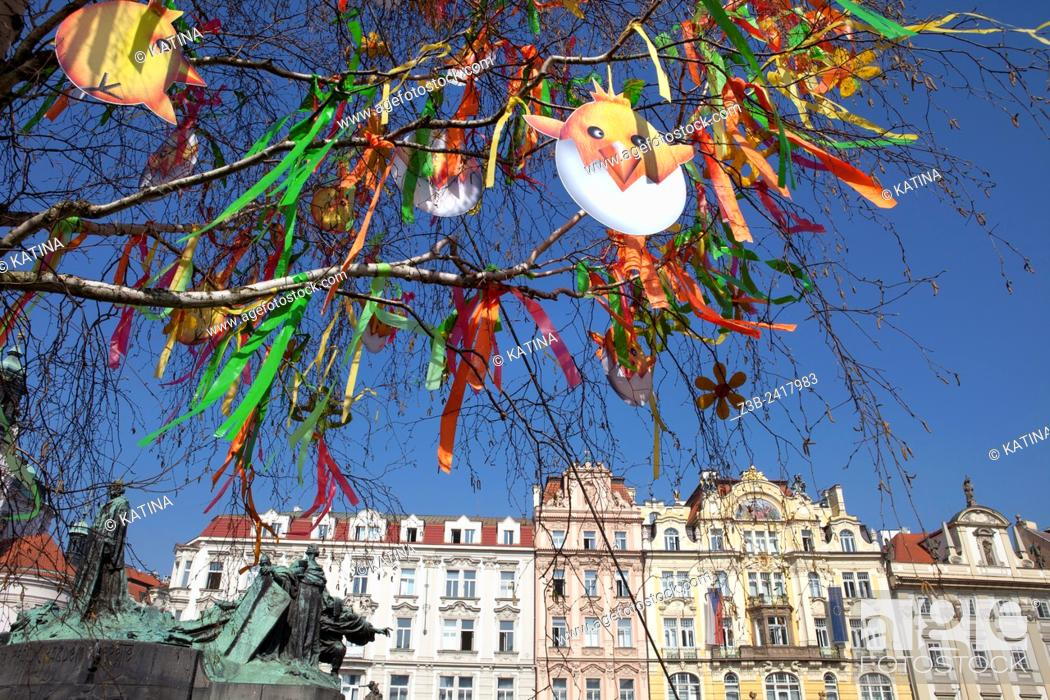 Imagen: Prague, Czech Republic, historical center listed as World Heritage by UNESCO, the old town Stare Mesto, Easter decorations in Old Town Square Staromestske.