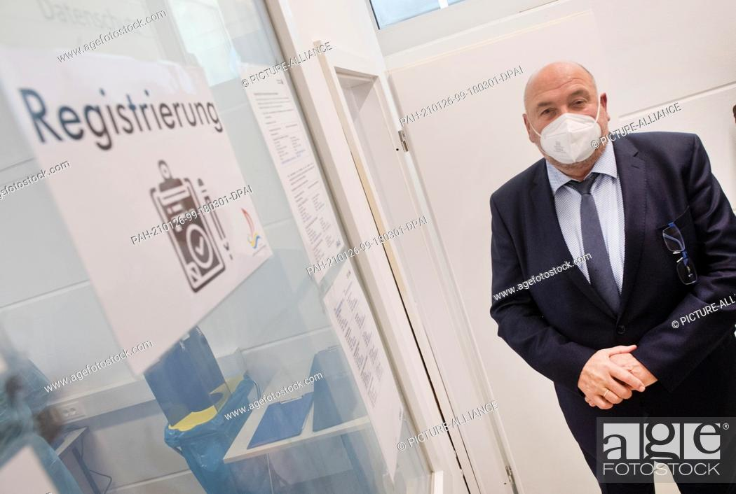 Imagen: 26 January 2021, Mecklenburg-Western Pomerania, Greifswald: Harry Glawe (CDU), State Minister of Health, visits the vaccination centre of the district of.