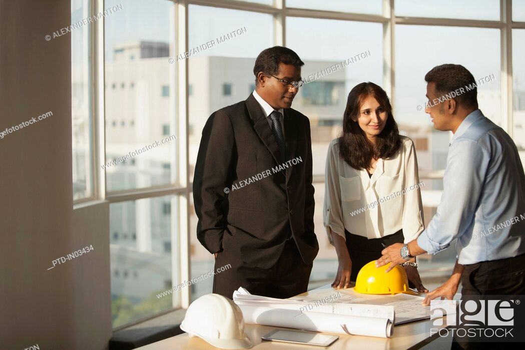 Imagen: Singapore, Architect discussing building plans with customers.