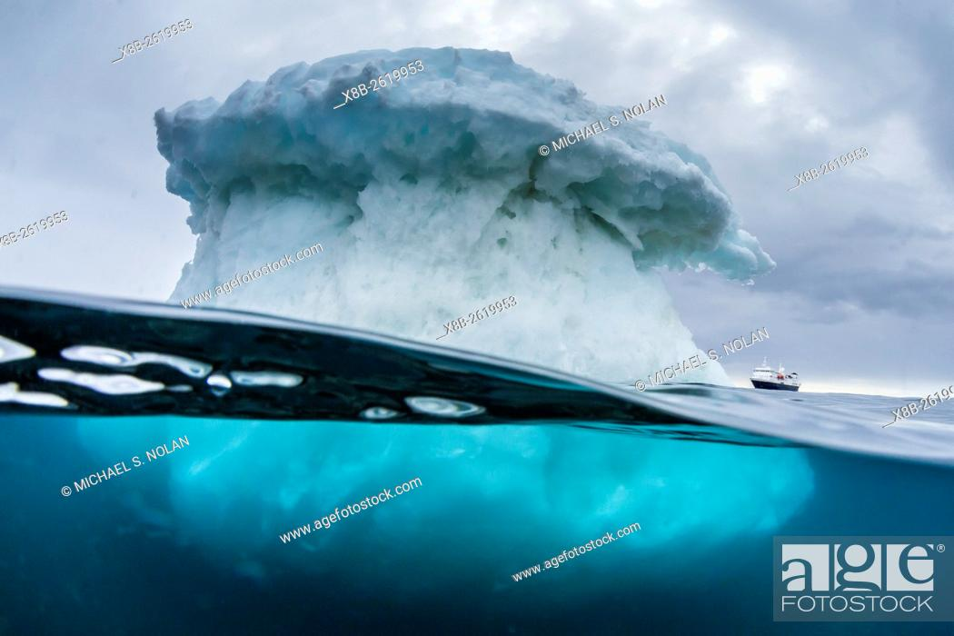 Imagen: Above and below water view of the National Geographic Explorer, Brown Bluff, Antarctica.