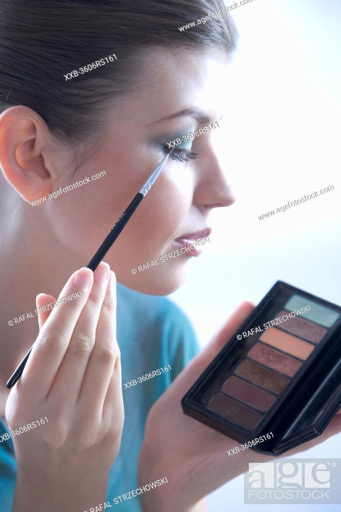 Photo de stock: woman putting eye shadow.