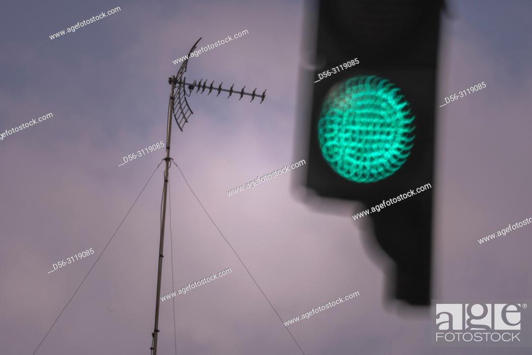 Imagen: TV antenna and Traffic lights, Valencia, Spain.