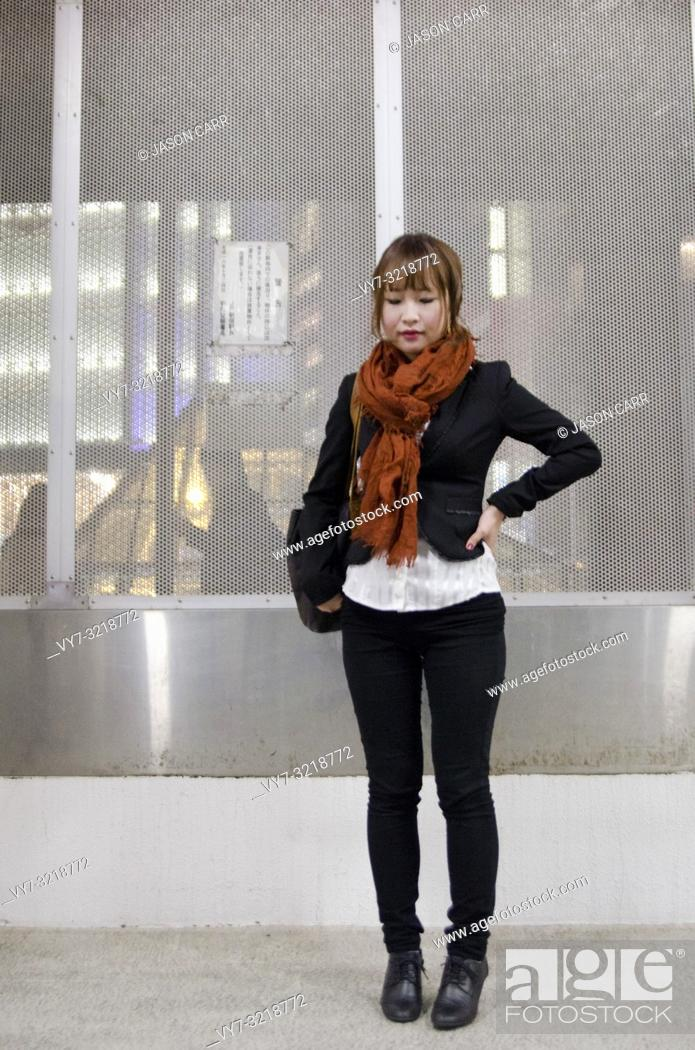 Imagen: Asian female model poses for pictures in the cityscape.