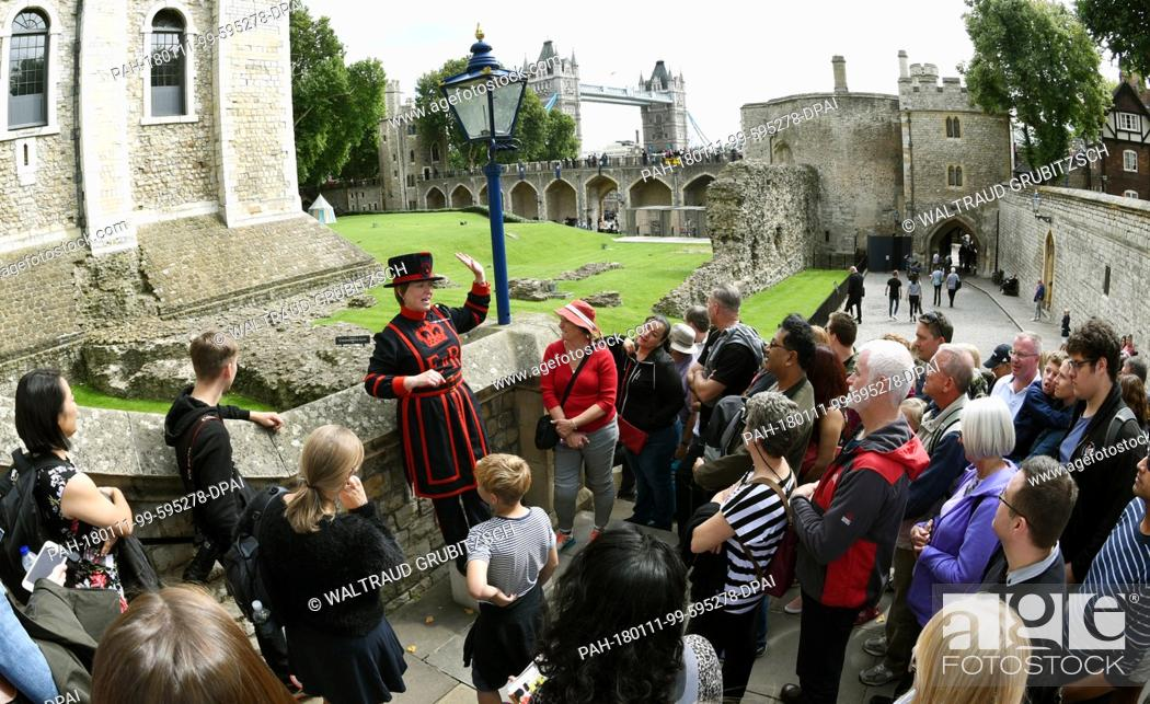 """Stock Photo: A """"""""Beefeater"""""""" tourist guide showing tourists through the Tower of London in London, United Kingdom, 22 August 2017. Photo: Waltraud."""