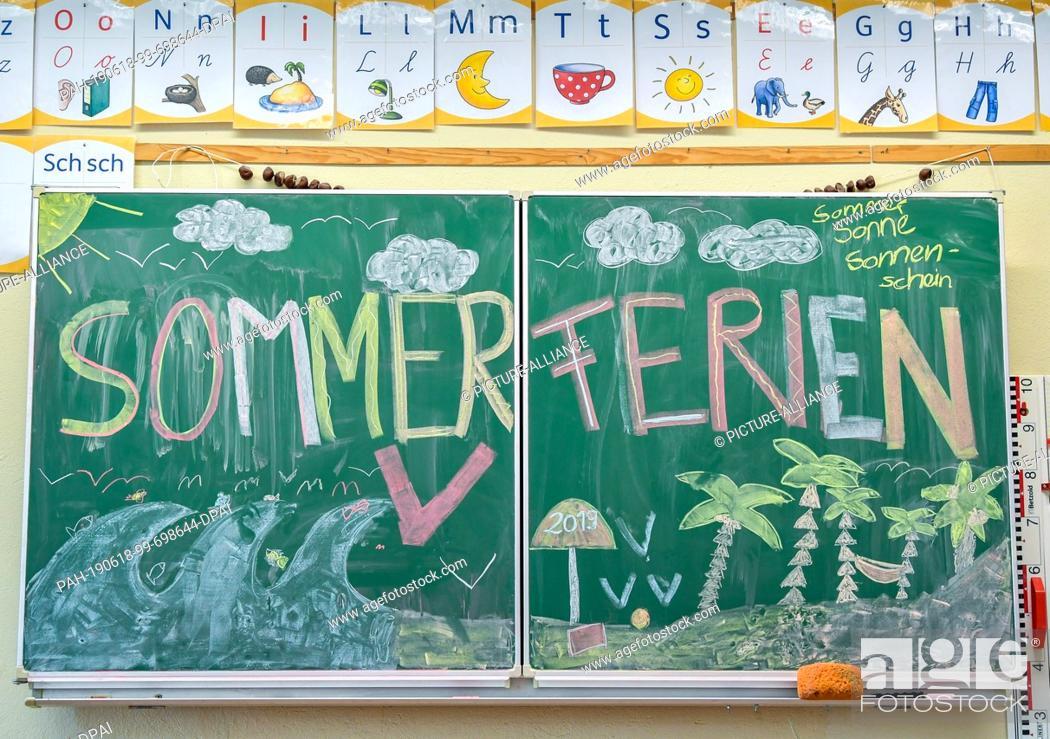 "Imagen: 18 June 2019, Brandenburg, Booßen: ILLUSTRATION: A plaque with the inscription """"Summer holidays"""" in the classroom of the primary school """"Am Mühlenfließ""""."