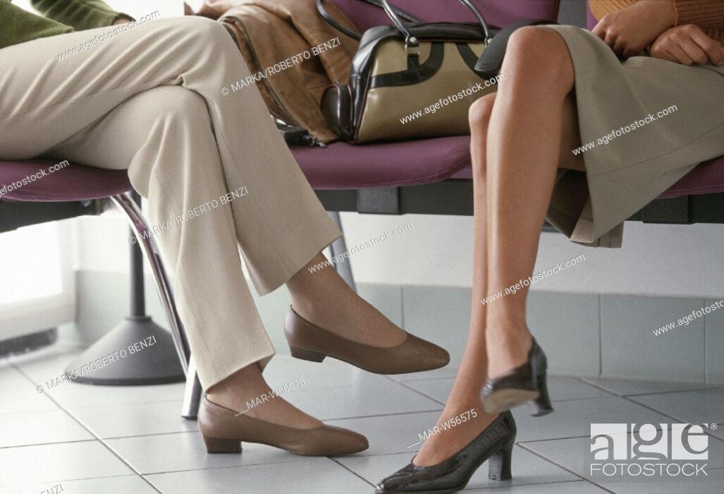 Stock Photo: gambe di donne in una sala d'aspetto.