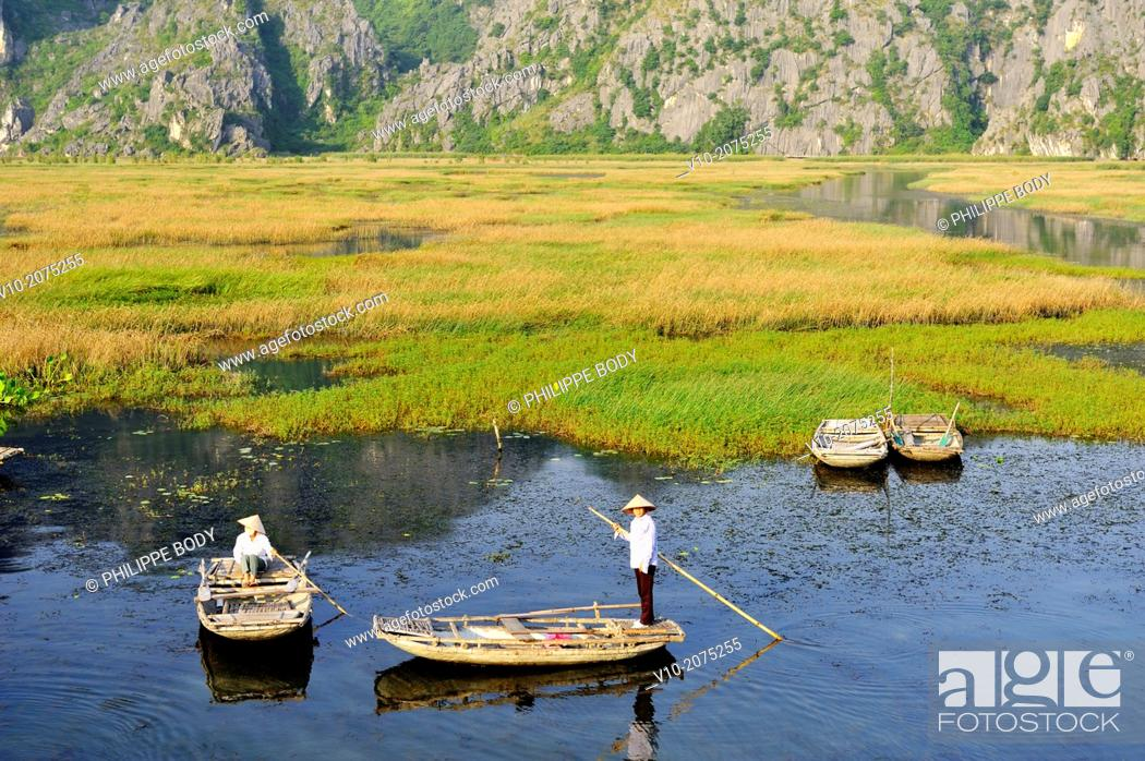 Stock Photo: Vietnam, Ha Long bay on land, Van Long, karstic landscape, boatman.