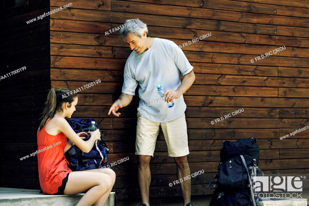Imagen: Father and daughter packing bag.