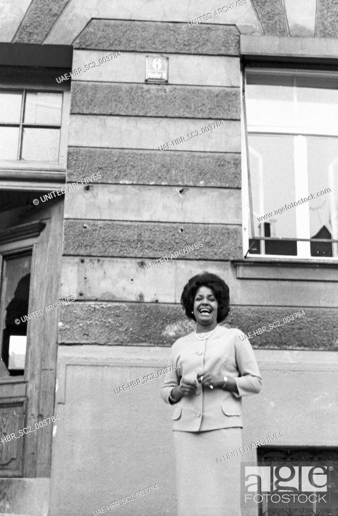 Imagen: Die karibische Schlagersängerin Mona Baptiste am Pündterplatz in München, Deutschland 1960er Jahre. Caribbean schlager singer Mona Baptiste at Puendterplatz.