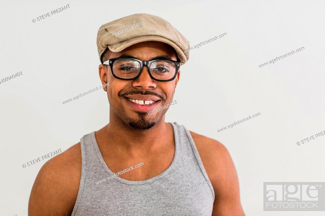 Imagen: Studio portrait of mid adult man wearing flat cap.