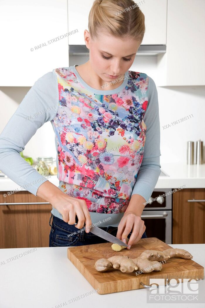 Imagen: Woman cutting ginger.