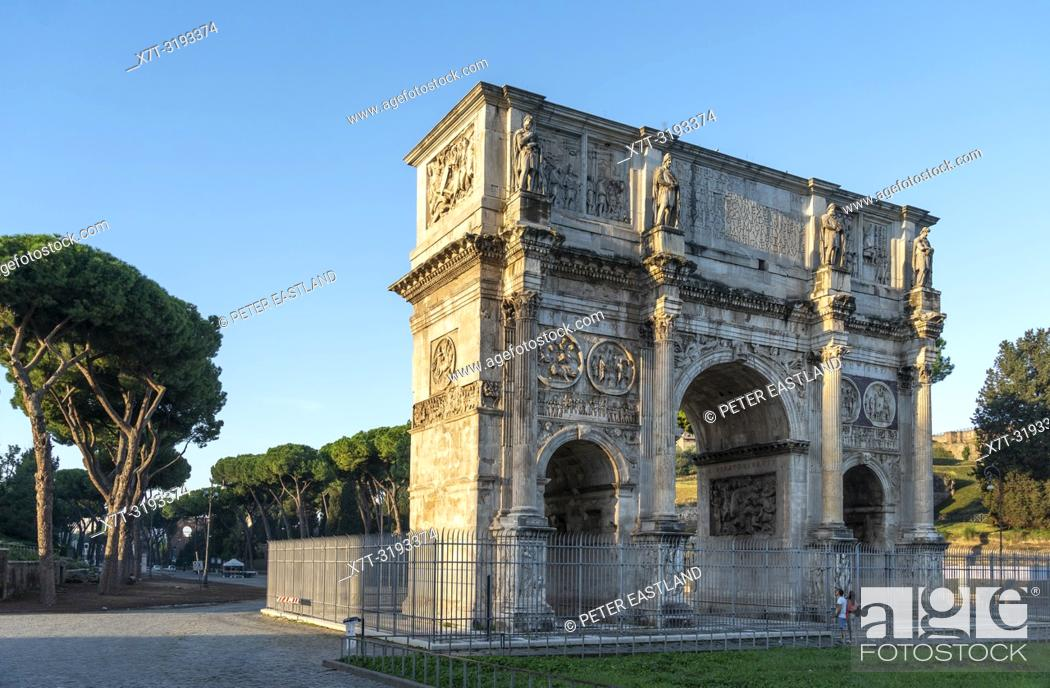 Imagen: The Arch of Constantine situated between the Colosseum and the Palatine Hill. It is the largest of Rome's Triumphal arches. Rome, Lazio, Italy.