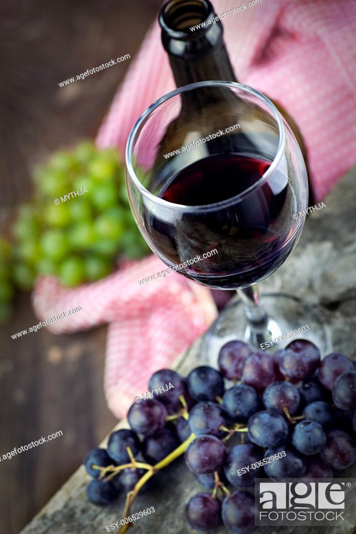 Imagen: Wine concept. Food and drink background with red wine, fresh grapes and wine bottle.