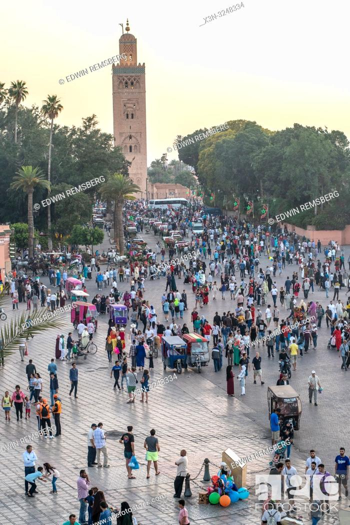 Imagen: Koutoubia Mosque rises above the crowded Jemaa el-Fnaa square below at dusk, Marrekech, Morocco.