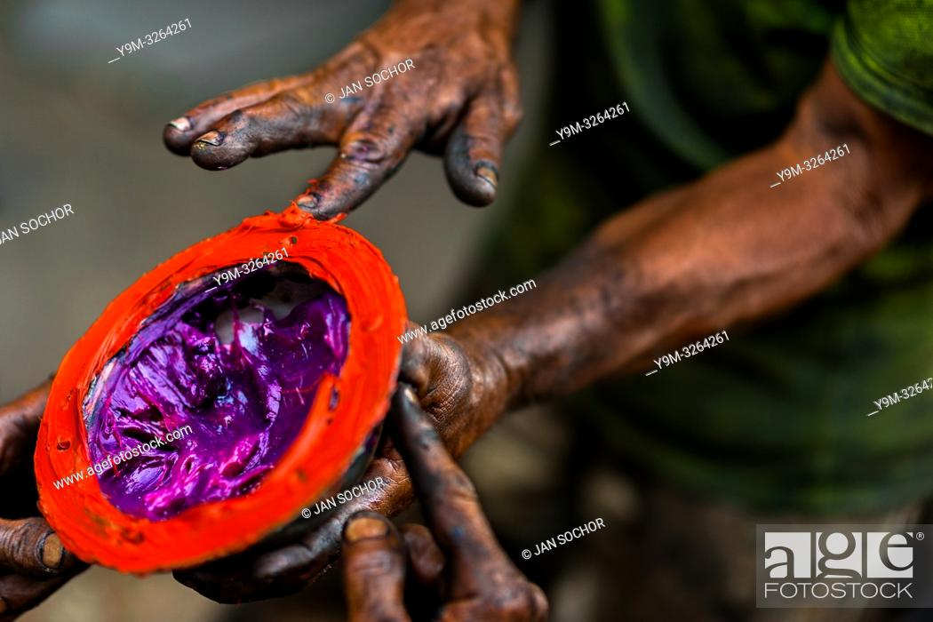 Imagen: Colombian car mechanics apply different types of lubricant grease on a truck axle cap during the maintenance service in Barrio Triste, Medellín, Colombia.